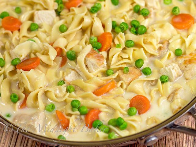 Creamy Chicken with Noodles | bakeatmidnite.com | #chicken #noodles #30minutemeals