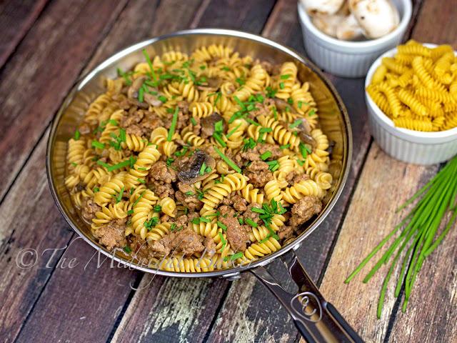 Ground Beef & Pasta with Gravy | bakeatmidnite.com | #groundbeef #pasta #gravy #skilletdinner
