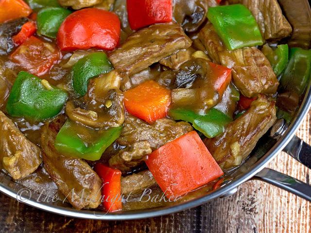 Pepper Steak   bakeatmidnite.com   #beef #peppersteak #recipe