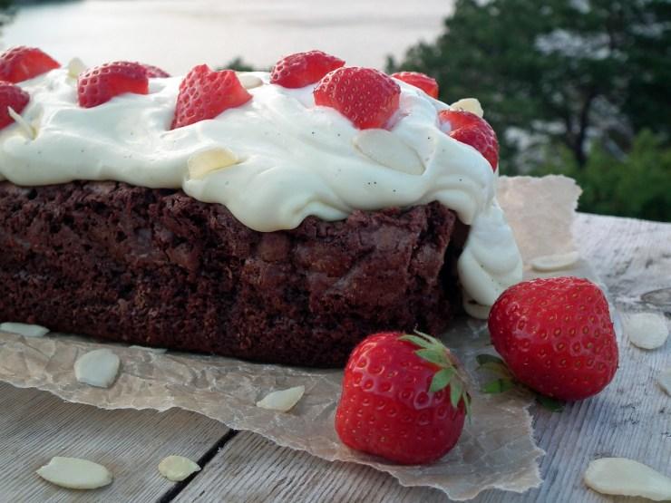 brownie_vaniljekrem_jordbær_sjokolade_sjokoladekake_krem_oppskrift_bakemagi_4