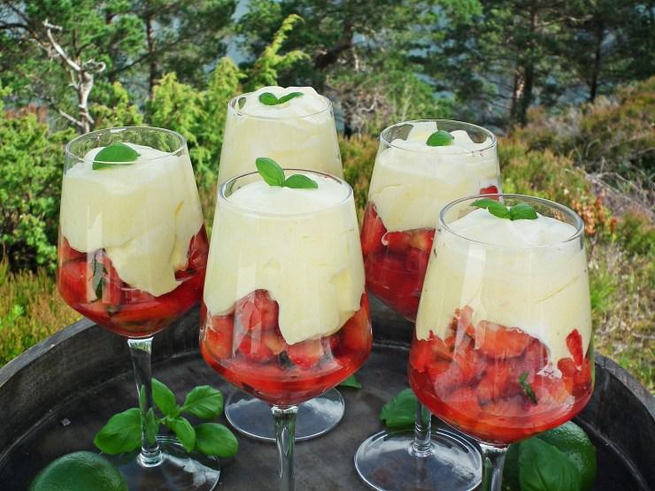 dessert_jordbær_jordbærdessert_lime_basilikum_krem_råkrem_oppskrift_bakemagi_2
