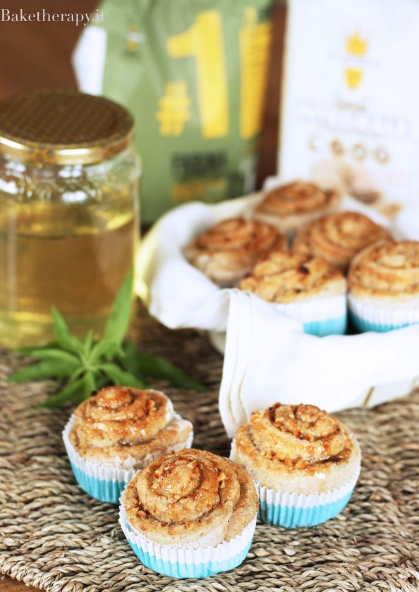 Girelle all'erba limoncina, miele e nocciole.