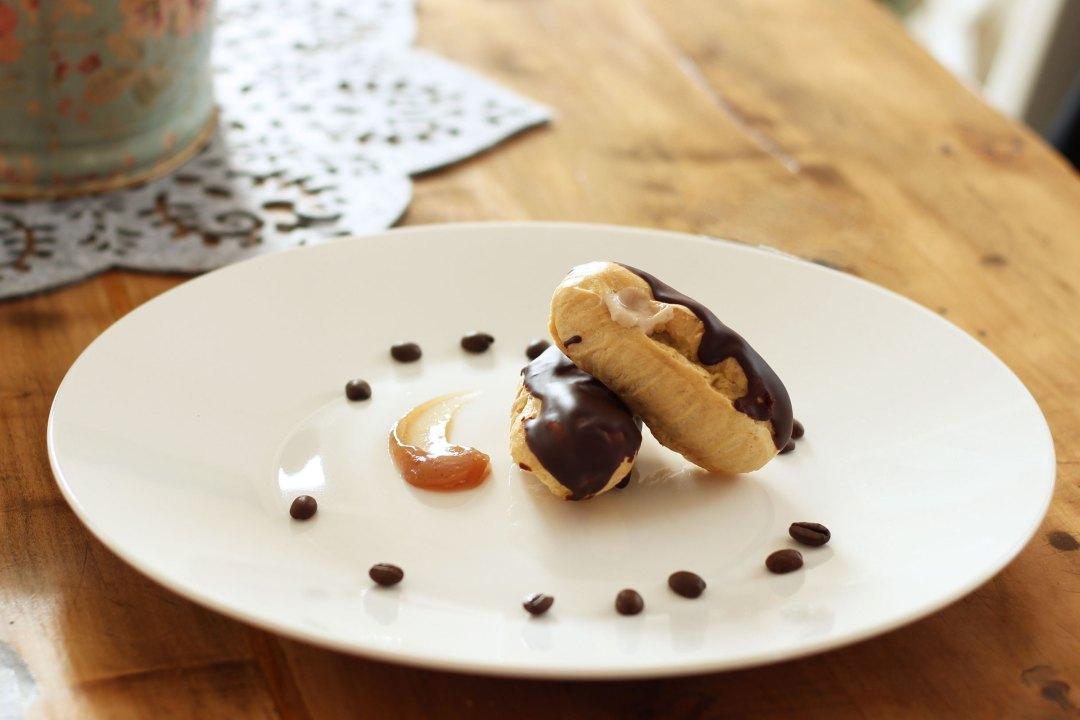 Eclair all'olio con crema di marroni, glassa cioccolato e caffè