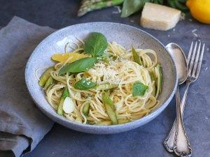 Spaghetti mit grünem Spargel und Zitrone