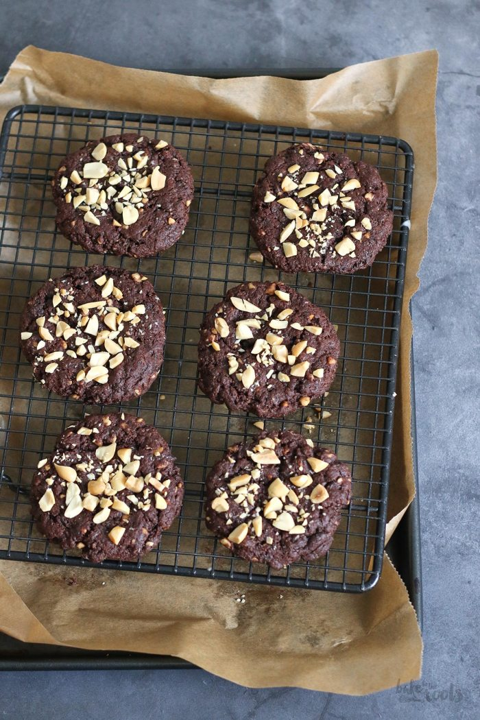 Vegan Peanut Butter Chocolate Fudge Cookies | Bake to the roots