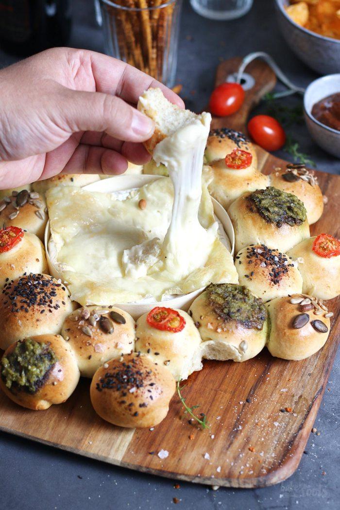 Partybrot mit Ofenkäse zum Dippen | Bake to the roots