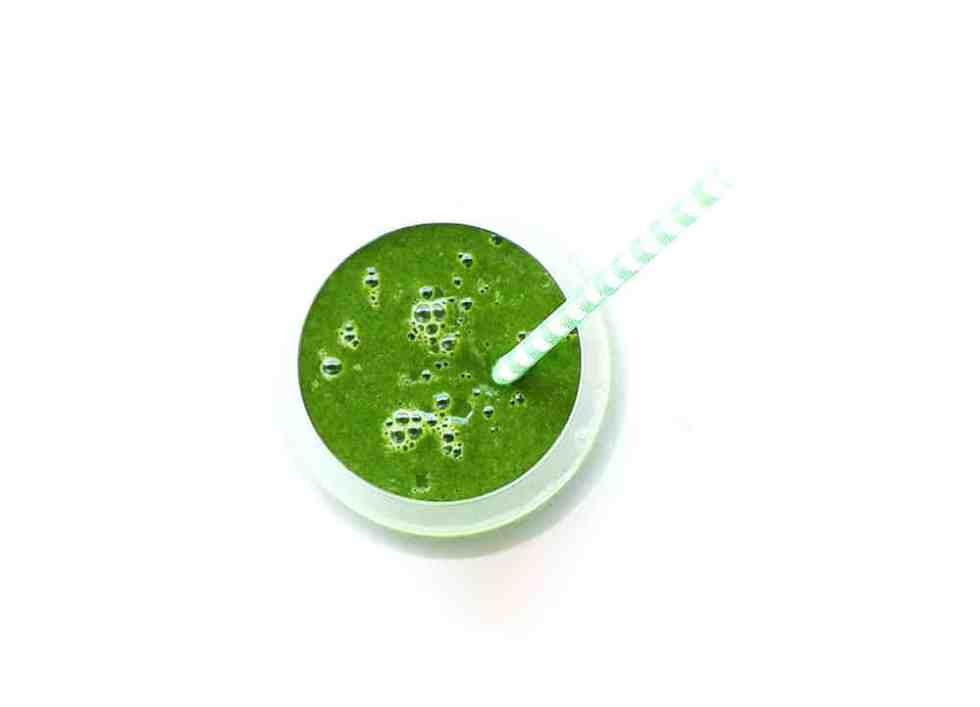 Super Kale Smoothie - The healthiest smoothie that will kick start any day. Made with kale, celery and almond milk. This smoothie is vegan and gluten-free.