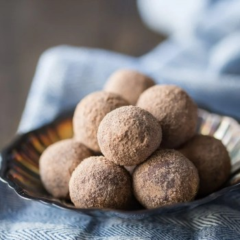 These chocolate malt truffles were so easy to make! Just a few simple ingredients and the chocolate malt flavor was so rich and smooth. I'll be giving these as gifts this Christmas! #savorysimplecookbook