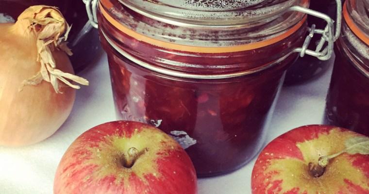 Chutney mit Zwiebeln, Äpfeln und Beeren
