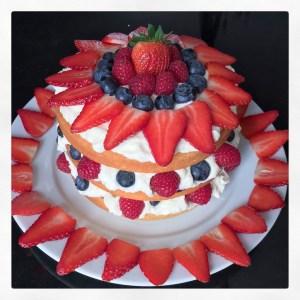 Naked Cake mit Vanillesahne und Beeren