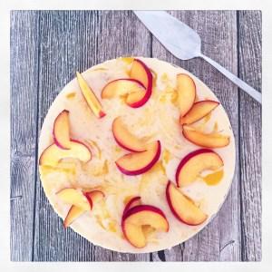 Fruchtige Buttermilch-Torte mit Keksboden