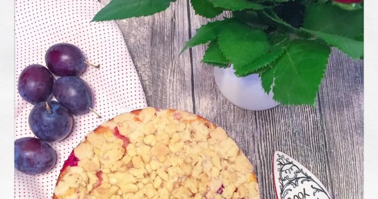 Cremiger Käsekuchen mit Pflaumen und Streuseln