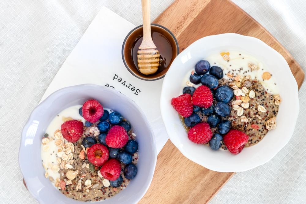Quinoa Porridge mit frischen Beeren – #teigliebelieblingsfrühstück