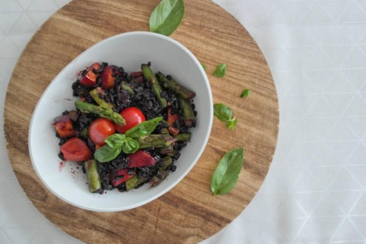 Schwarzer Reissalat mit Nektarinen und Spargel