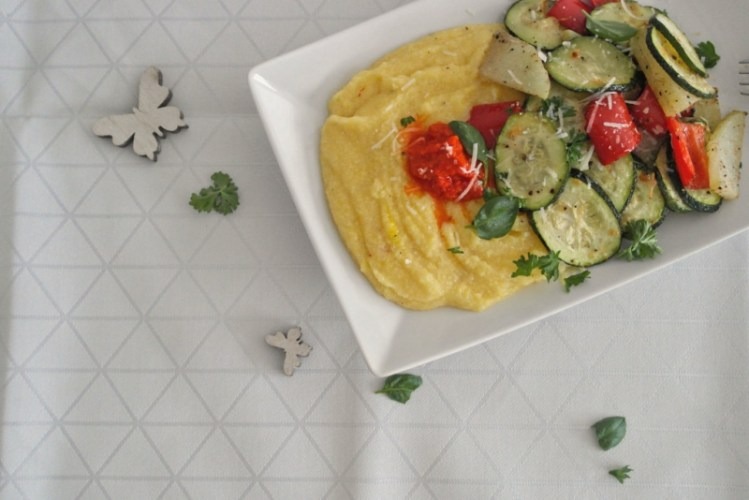 Safran-Polenta mit Parmesan-Ofengemüse