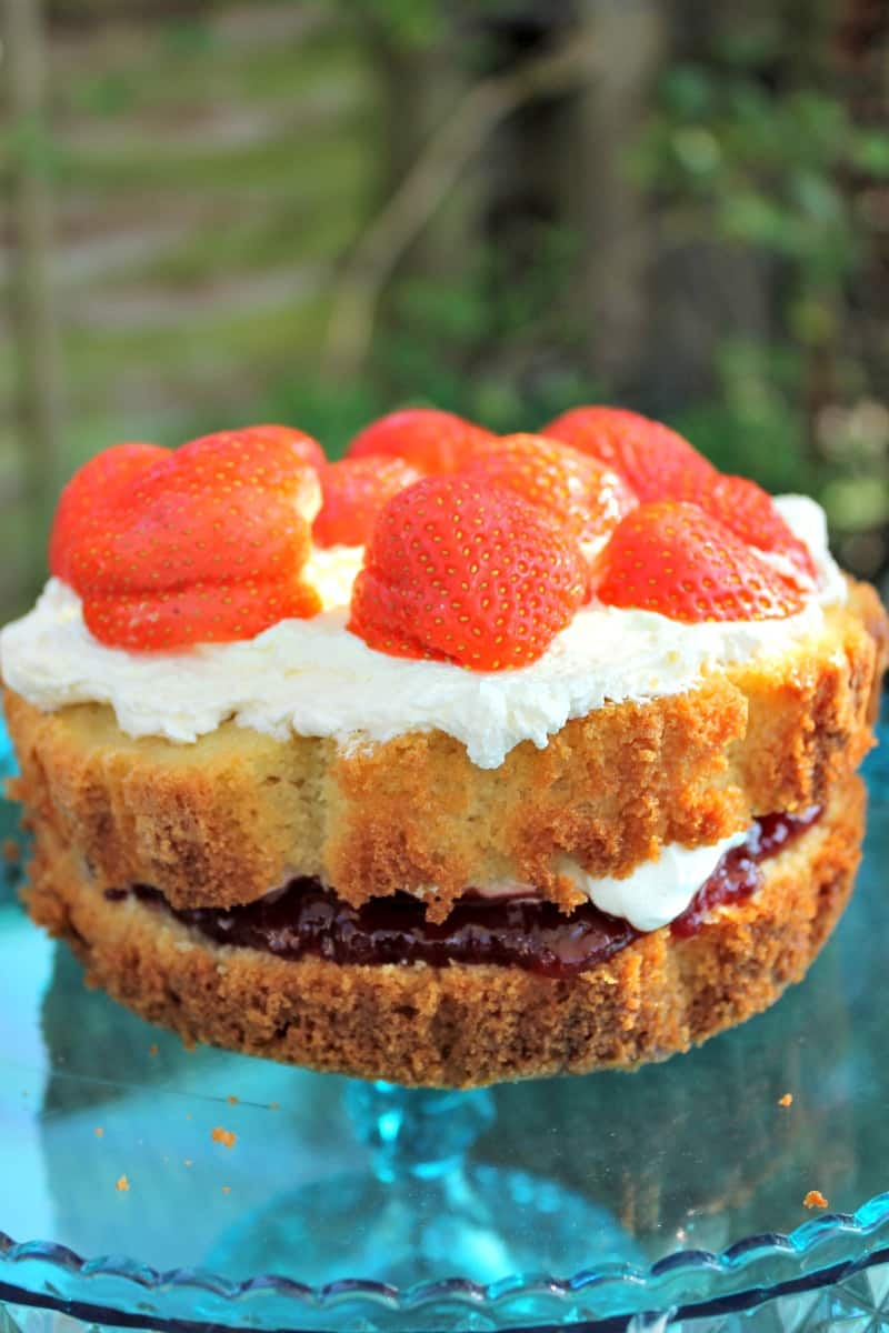Make a cake in a slow cooker - a slow cooker Victoria sponge made in a round slow cooker