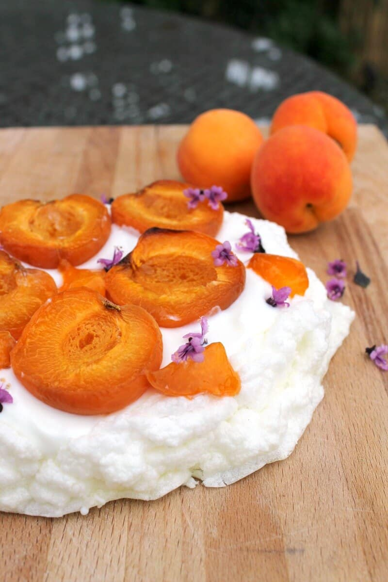 Sugar-free Pavlova with roasted apricots