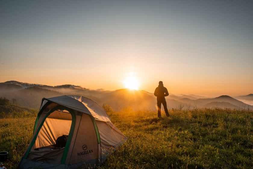 olahraga outdoor hiking atau trekking