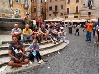 15.1442759593.people-watching-at-the-pantheon