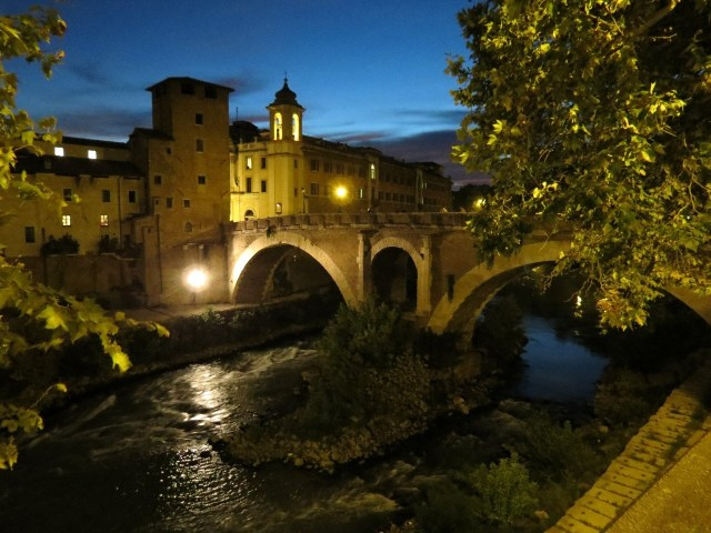 15.1442932408.isola-tiberina-and-the-bridge-into-trastevere
