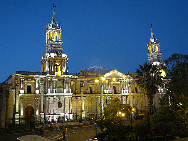 4.1341850750.cathedral-of-arequipa-at-night