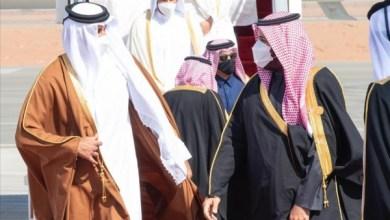 """صورة شاهد: """"بعناق حار"""" .. ولي العهد السعودي يستقبل أمير قطر لدى وصوله مطار العلا"""