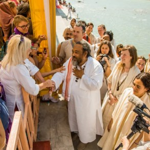 An image shows the great Advaita Zen master Mooji at the Yoga Festival in Rishikesh, India.