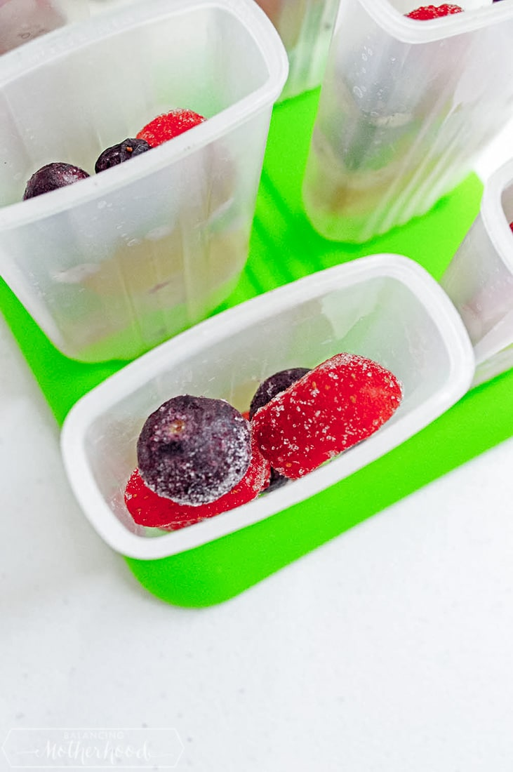Grab these berry popsicles and enjoy a refreshing summer treat!