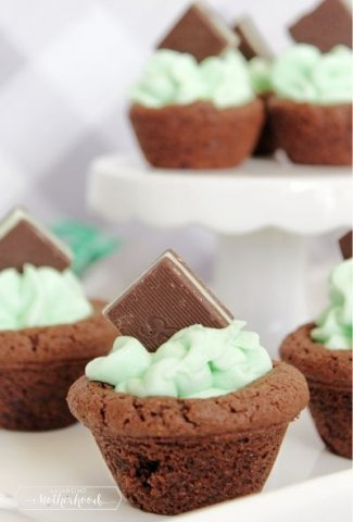 chocolate cookie cup with green buttercream frosting and Andes mint