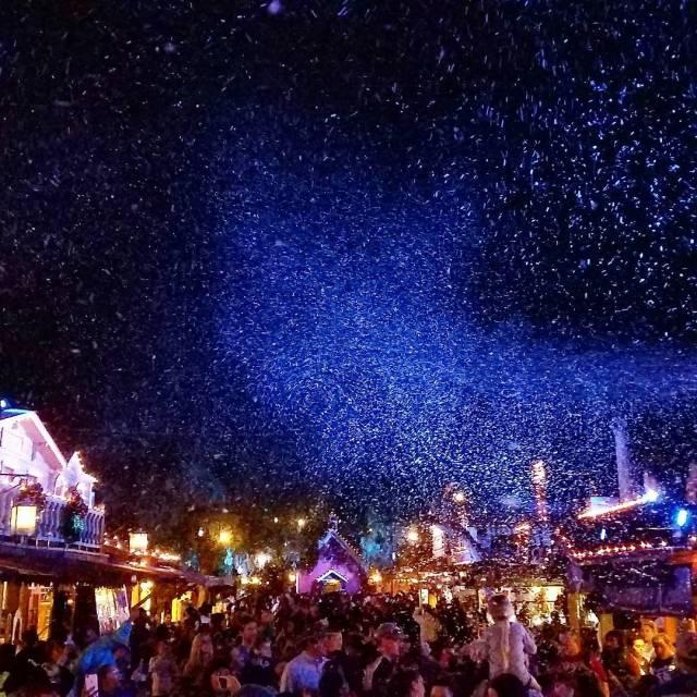 Snow falls nightly at knottsberryfarm in celebration of the holidayshellip