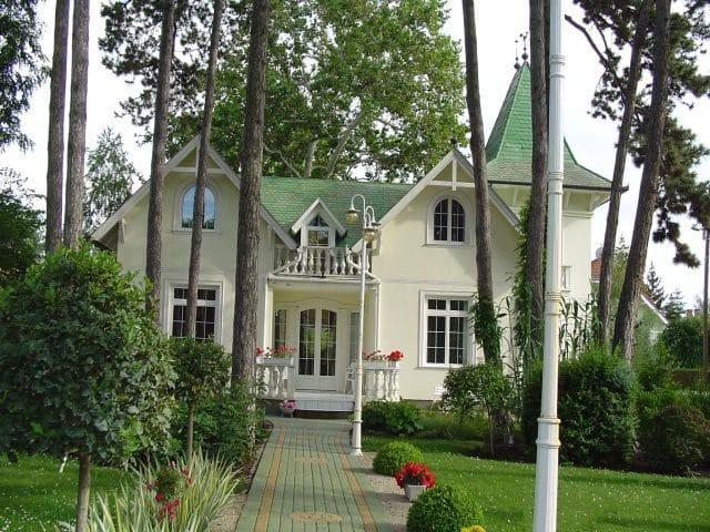 Balatonlelle szállás Meiszter Villa e1573250159724 A 2-4-6 fős apartmanok Balatonlelle vízparti utcájában, a strand mellett találhatók.