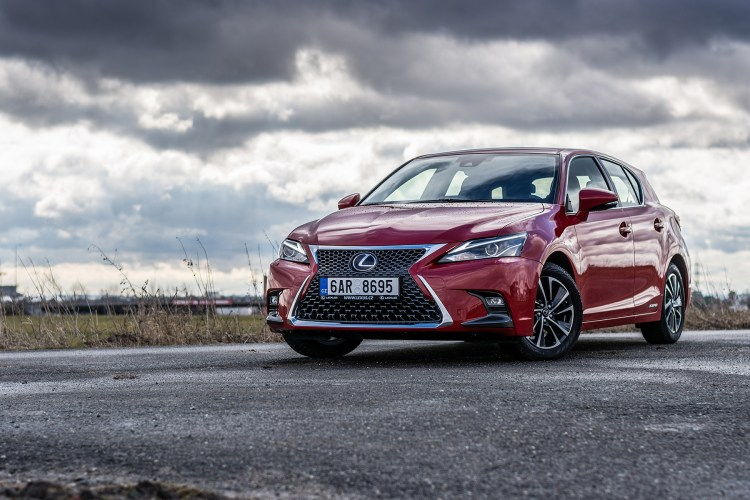 carro vermelho da Lexus, modelo CT 200, um exemplo de novas tecnologias por ser um carro hibrido, que utiliza energia elétrica e combustível tradicional
