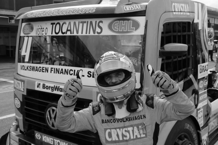 Felipe Giaffone em frente ao caminhão da formula truck
