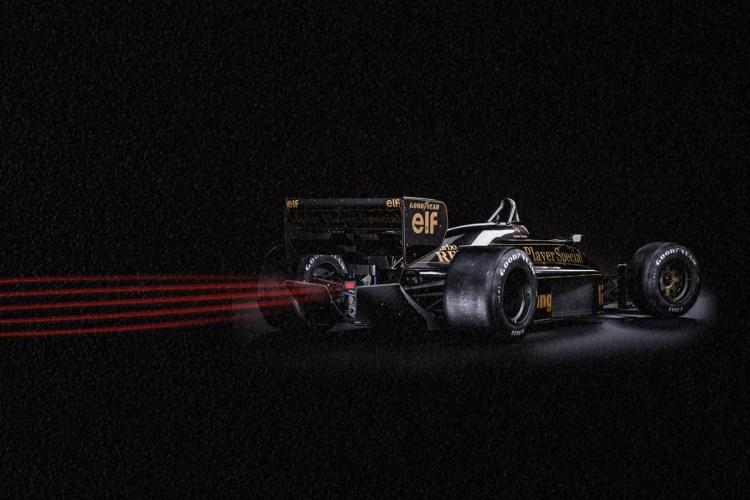 Carro de corrida de Senna correndo rapidamente em um cenário escuro.