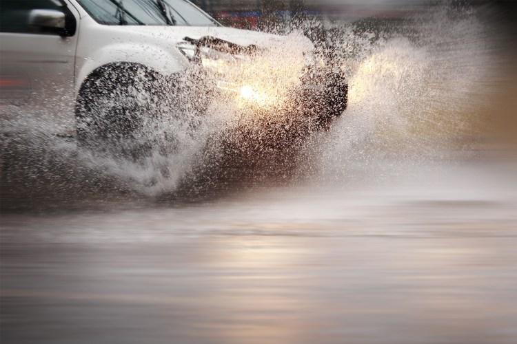 carro na chuva enfrentando uma enchente