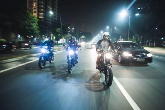 três motoqueiros andando de moto a noite