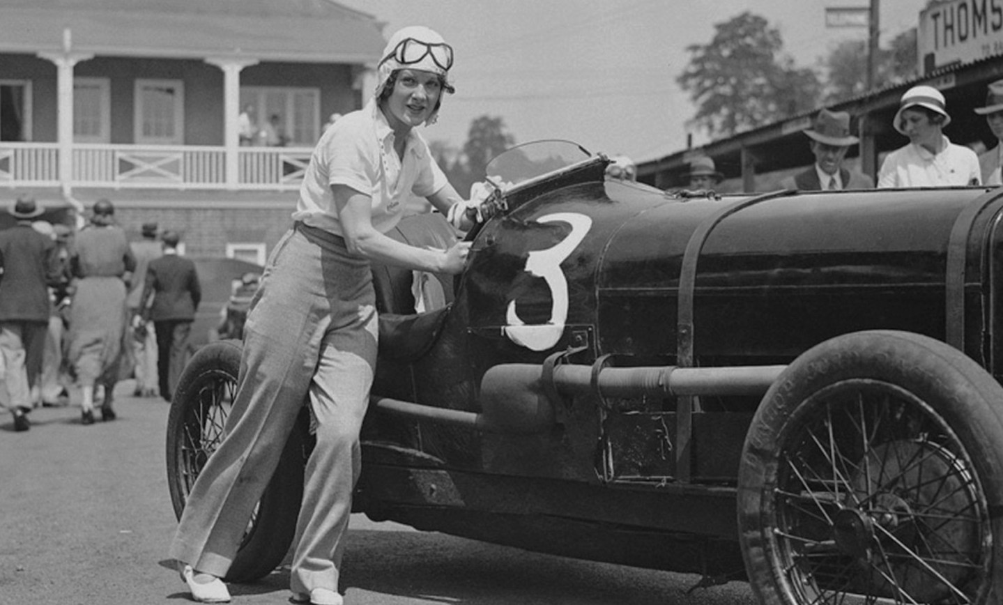 A primeira pilota e recordista britânica, Dorothy Levitt, e as mulheres que a acompanharam