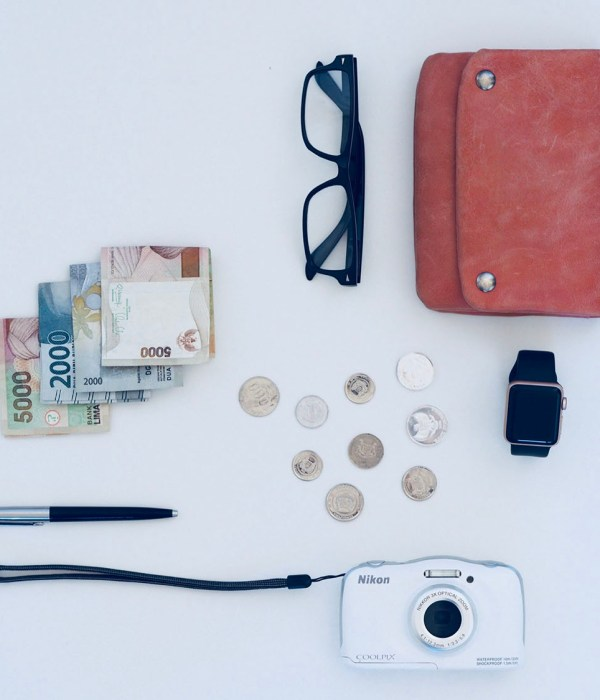 How to safely spend money abroad? Travel money spending tips