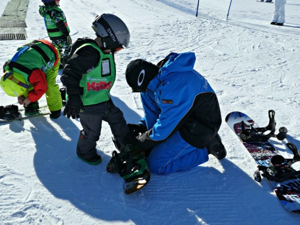 Mammoth Mountain snowboard lessons putting on snowboard 2000px