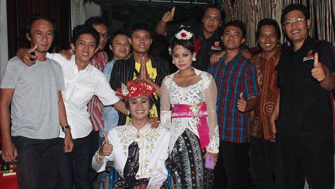 Wahyu Diatmika ketika menikah bersama tim BOC Indonesia yang mengunjunginya.