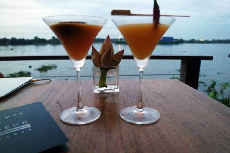 Menikmati cocktail di The Deck Ho Chi Minh