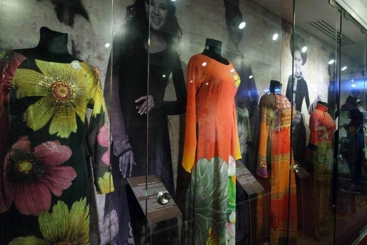 Display baju tradisional Vietnam
