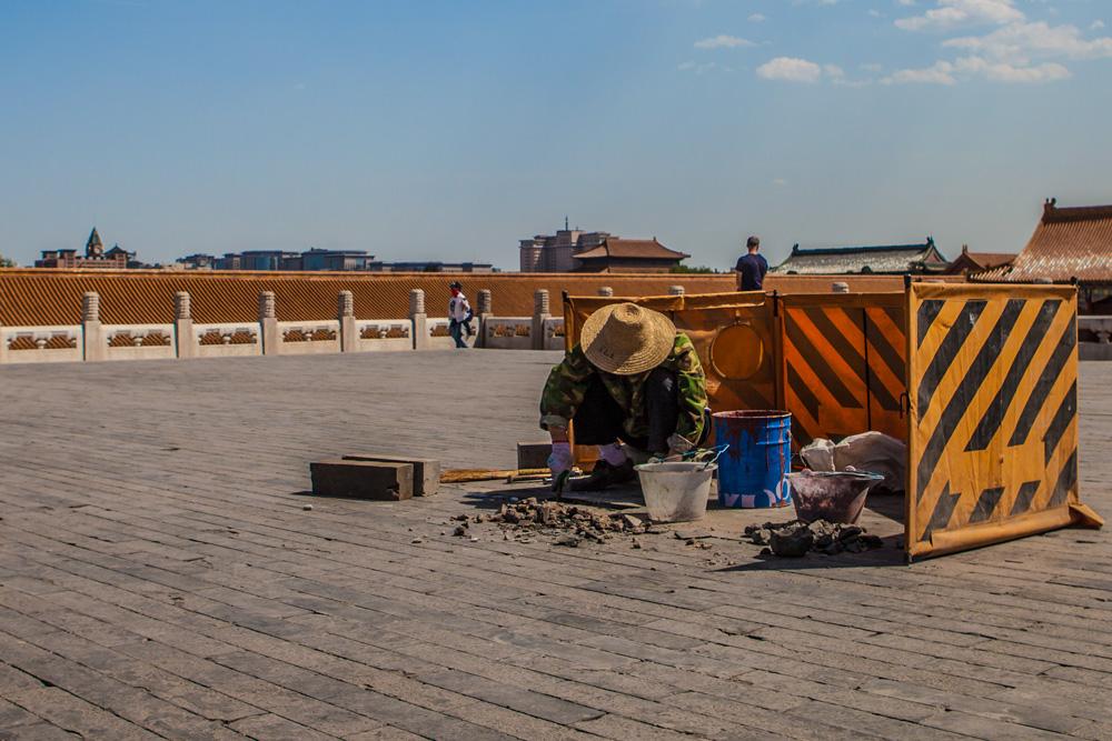 Peking-Verbotene-Stadt-Inside-Worker