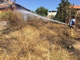 Edremit'te ot yangını evi yakıyordu