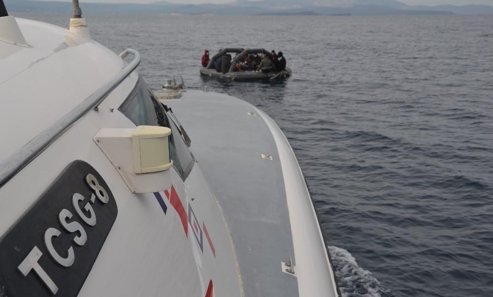 Balıkesir açıklarında 35 düzensiz göçmen kurtarıldı