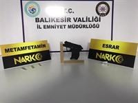 Balıkesir'de polis 41 aranan şahsı yakalarken, 20 silah ele geçirdi