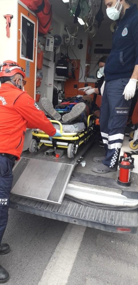 Kamyonette sıkışan sürücüyü itfaiye kurtardı
