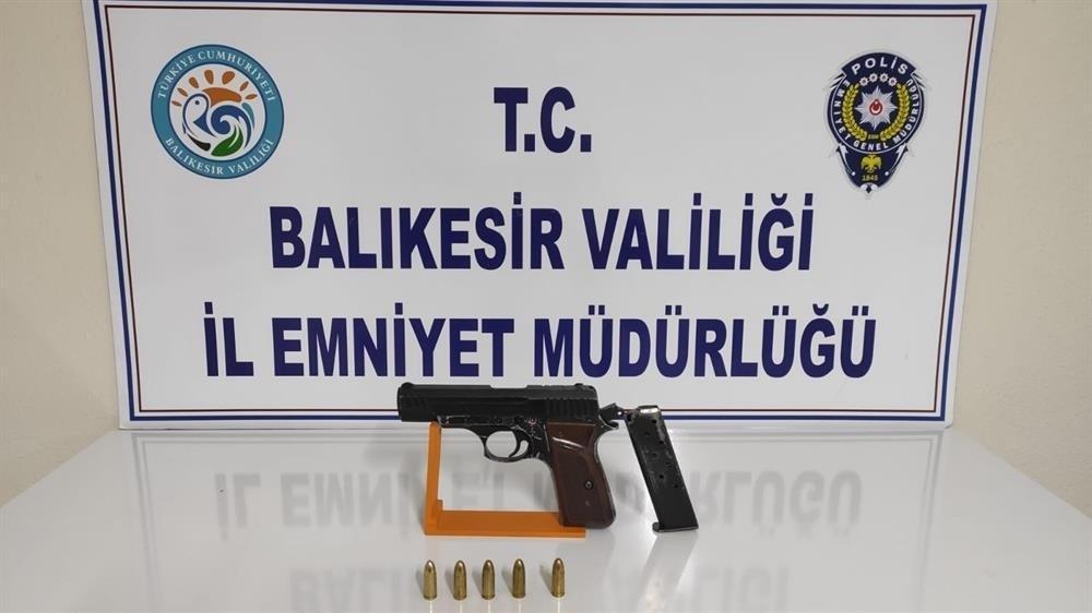 Balıkesir'de polis 20 aranan şahsı yakaladı
