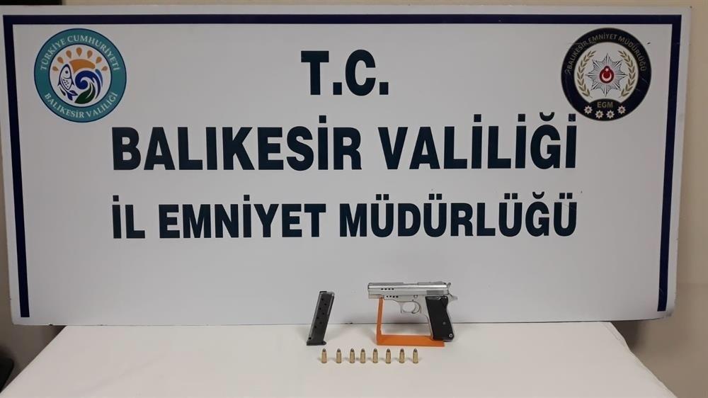 Balıkesir'de polis 87 aran şahsı yakalarken, 21 silah ele geçirdi