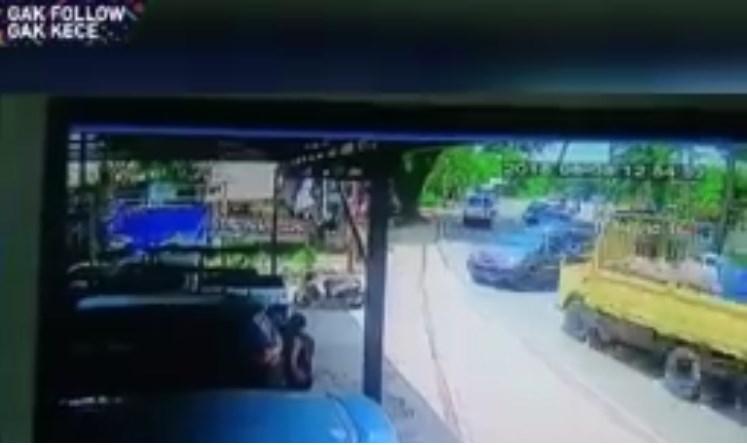 truck menabrak minibus
